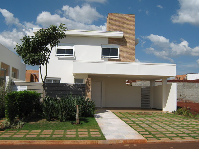 Construção de casas fachada com jardim