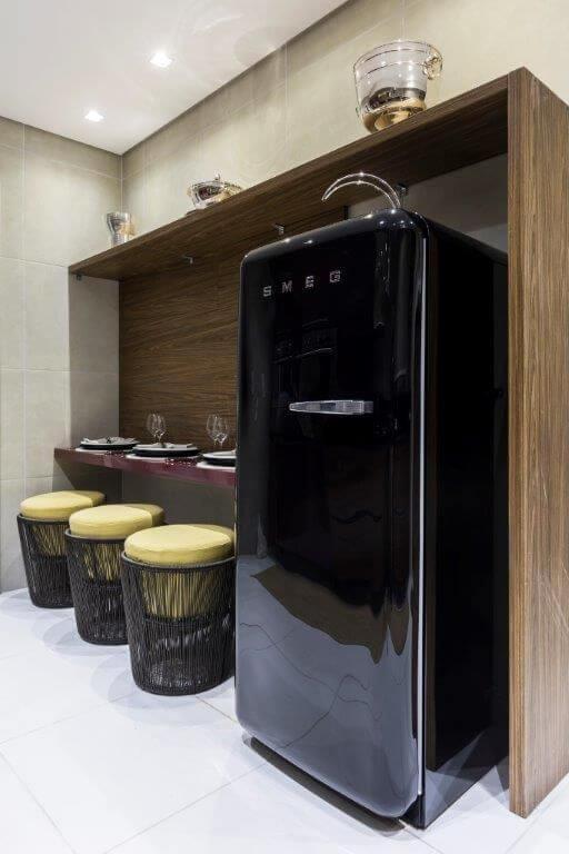 Copa moderna com geladeira colorida retrê preta Projeto de DD Show