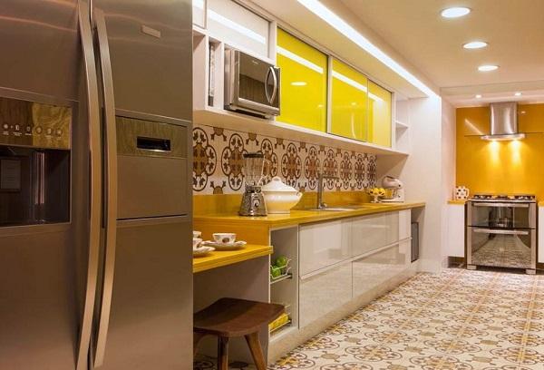 Cores para cozinha amarela com revestimento na parede