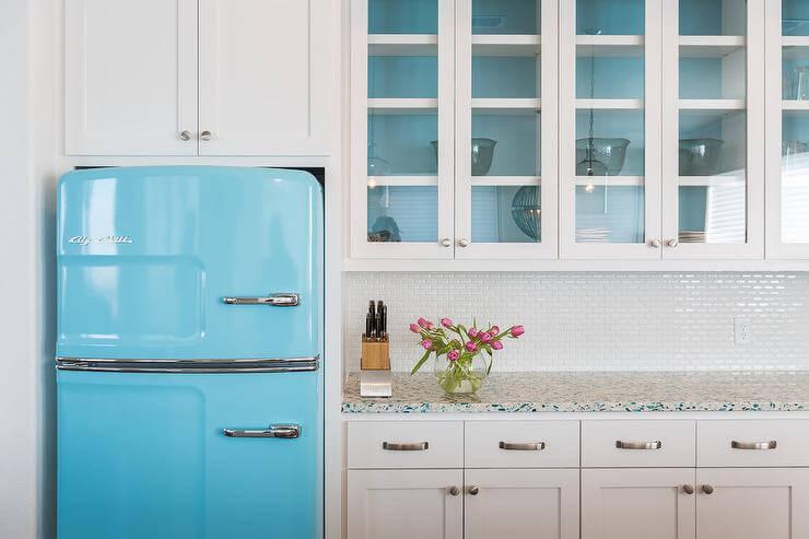 Cozinha branca com geladeira colorida azul clara