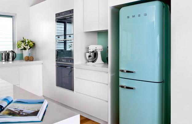 Cozinha branca com geladeira colorida azul