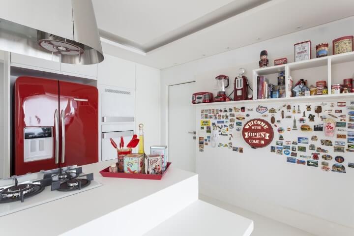 Cozinha branca com geladeira colorida retrê vermelha Projeto de Mariana Luccisano