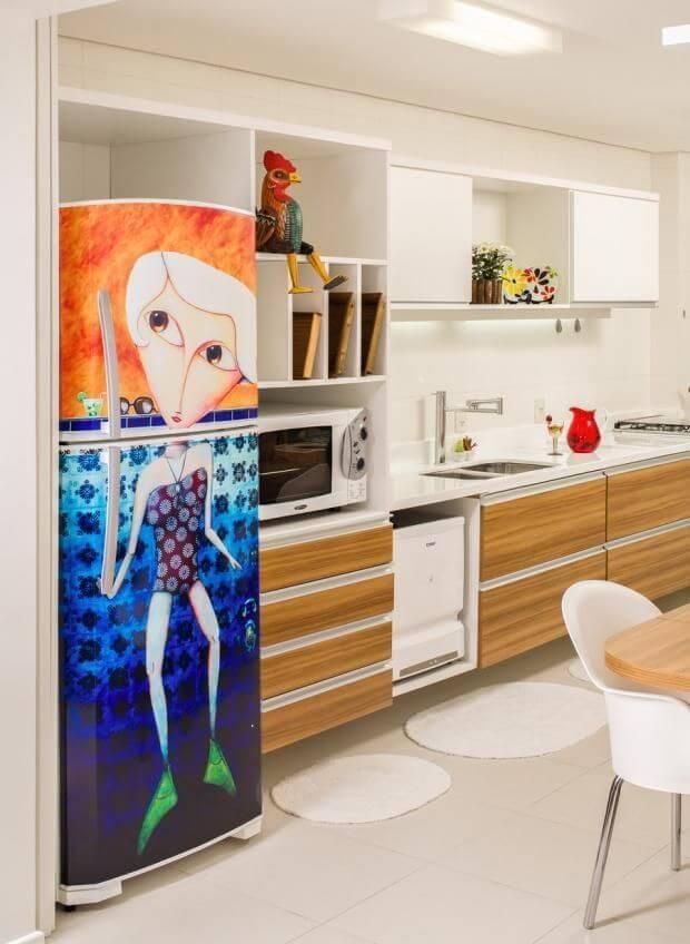 Cozinha clara com geladeira colorida decorada Projeto de Silvana Hilbe