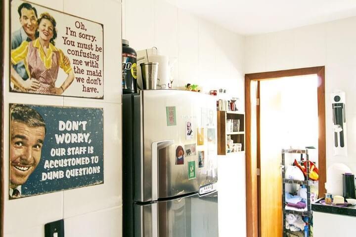 Cozinha com parede decorada de quadros vintage Projeto de Casa Aberta