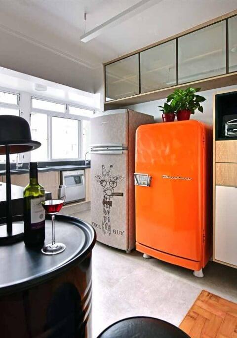 Cozinha compacta com dois modelos de geladeira colorida Projeto de Ana Yoshida