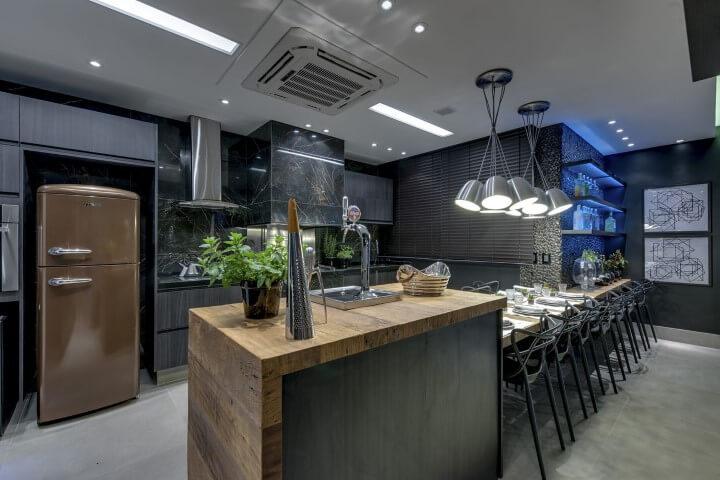 Cozinha gourmet com geladeira colorida marrom e armários cinza Projeto de Carla Felippi