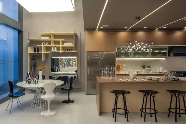 Cozinha gourmet com mesa redonda branca e 4 cadeiras Projeto de Casa Cor Rio
