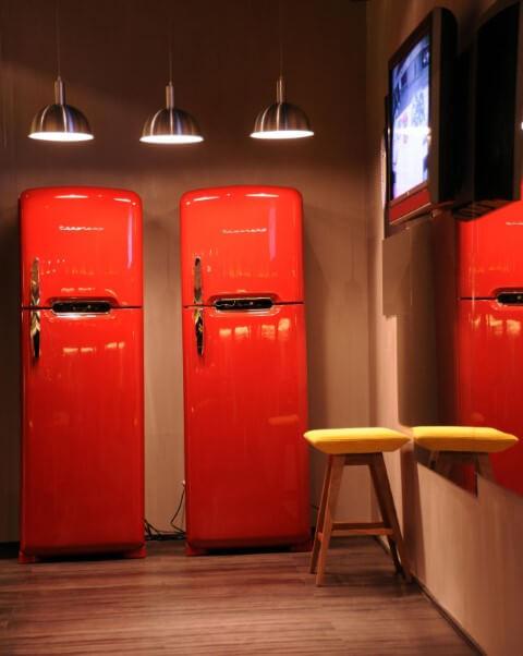 Cozinha planejada com geladeira vermelha Projeto de Cristina Bozian