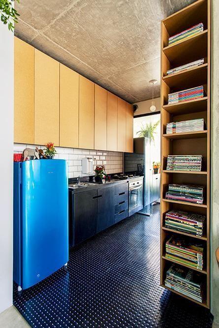 Cozinha planejada com piso de bolinhas e geladeira colorida azul Projeto de Casa Aberta