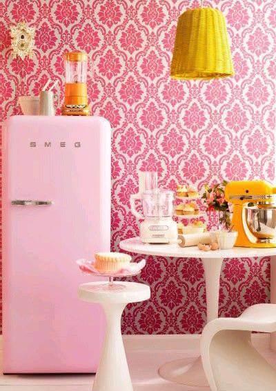 Cozinha rosa com geladeira colorida