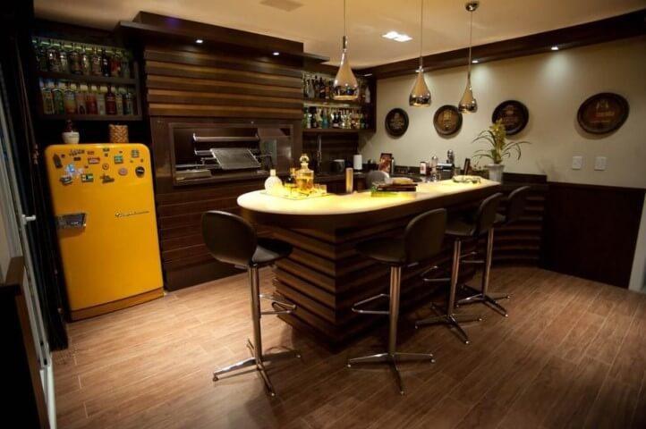 Cozinha séria com geladeira colorida amarela Projeto de Paulinho Peres