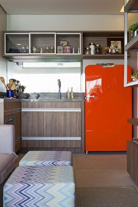 Cozinha simples aberta com geladeira colorida vermelha Projeto de Triplex Arquitetura