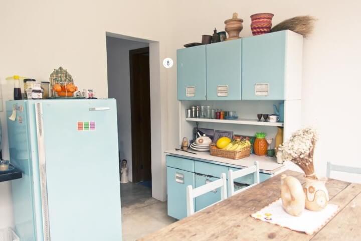 Cozinha simples com armários azuis e geladeira colorida combinando Projeto de Casa Aberta