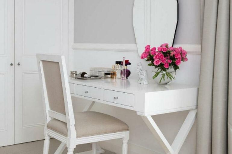 Decoração com modelo moderno de penteadeira simples com espelho geometrico Foto HomeInAwe