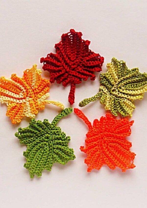 Folha de crochê feita em formato típico das folhas do Canadá