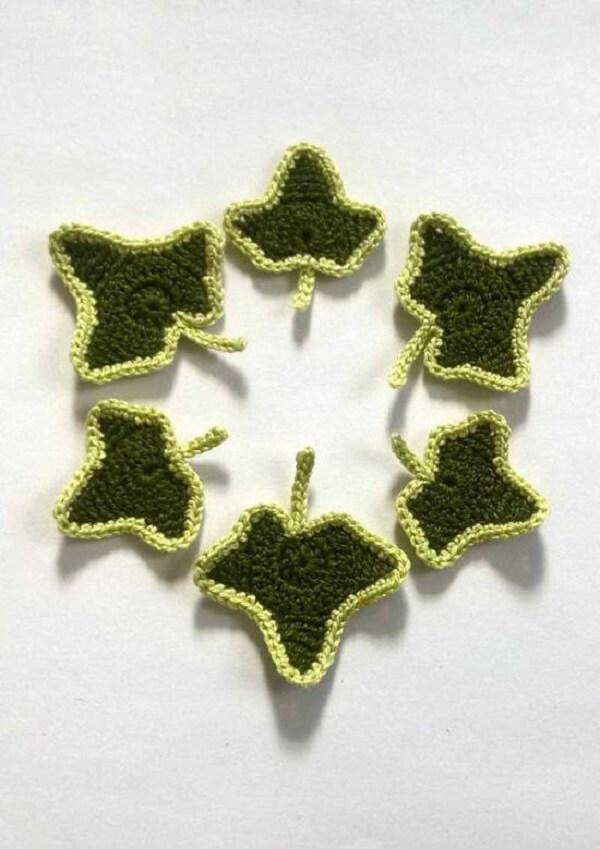 Folhas de crochê delicadas com bordas em tom mais claro