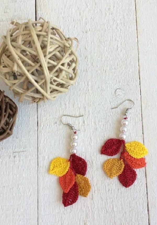 Folhas de crochê pequeninas podem formar lindos brincos