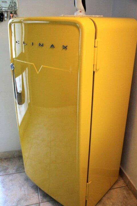 Geladeira colorida amarela antiga