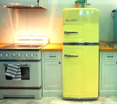 Geladeira colorida amarela clara com fogão retrô