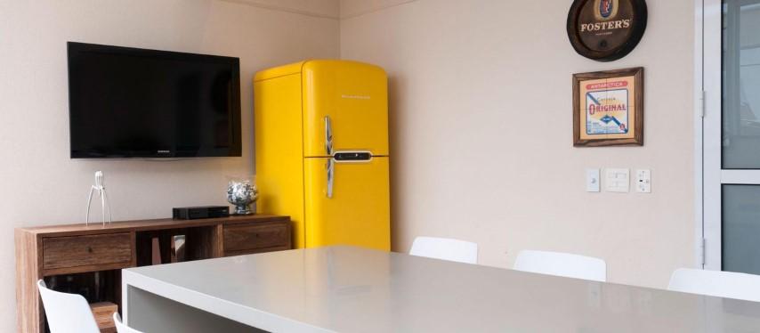 Geladeira colorida amarela na varanda gourmet externa Projeto de Olegário de Sá