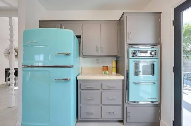 Geladeira colorida azul combinando com outros eletrodomésticos