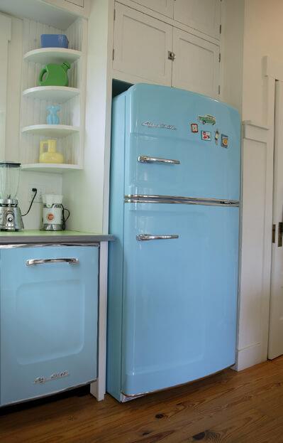 Geladeira colorida e lavadora de pratos azuis