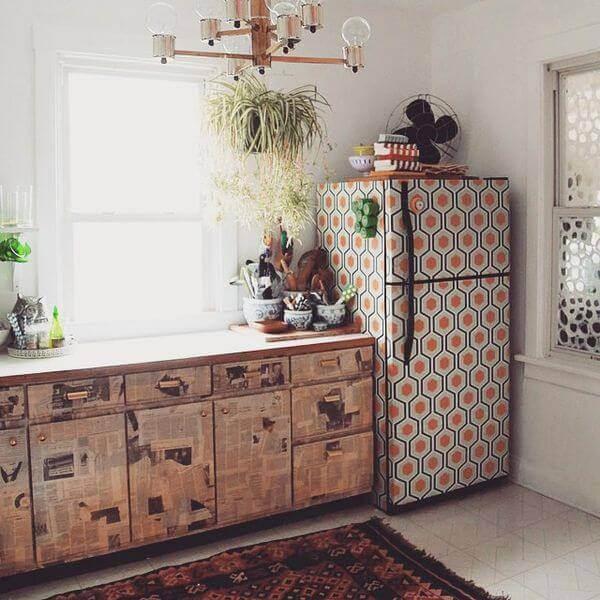 Geladeira colorida envelopada com estampa geométrica