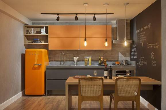 Geladeira colorida laranja com armários aéreos laranja