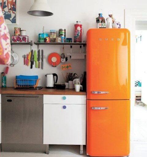Geladeira colorida laranja invertida com decoração moderna