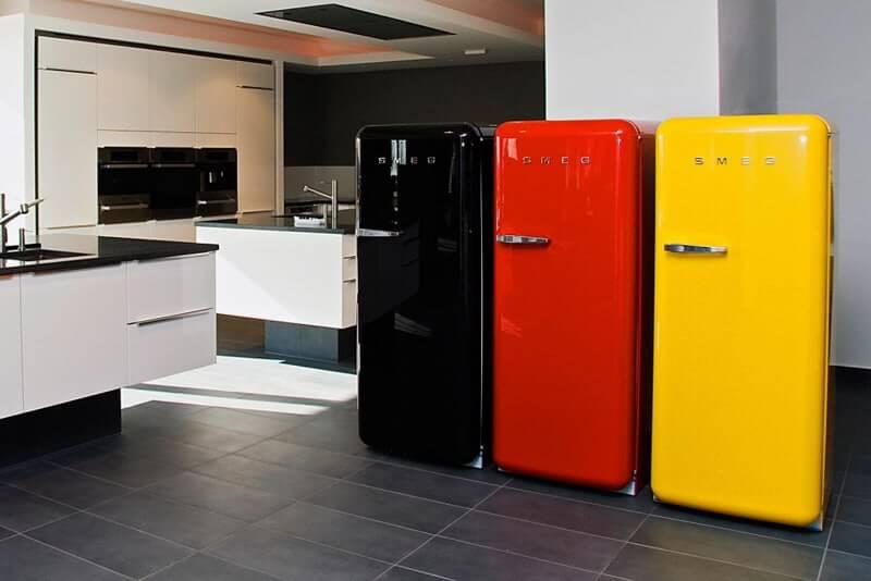 Geladeira colorida preta, vermelha e amarela