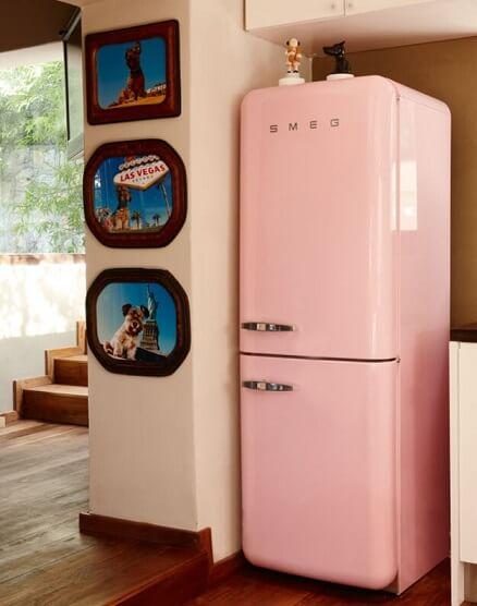 Geladeira colorida rosa claro