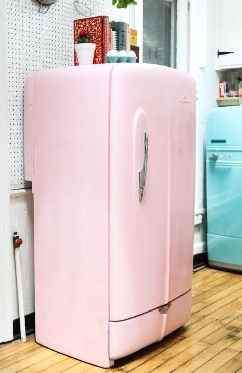 Geladeira colorida rosa com estilo retrô