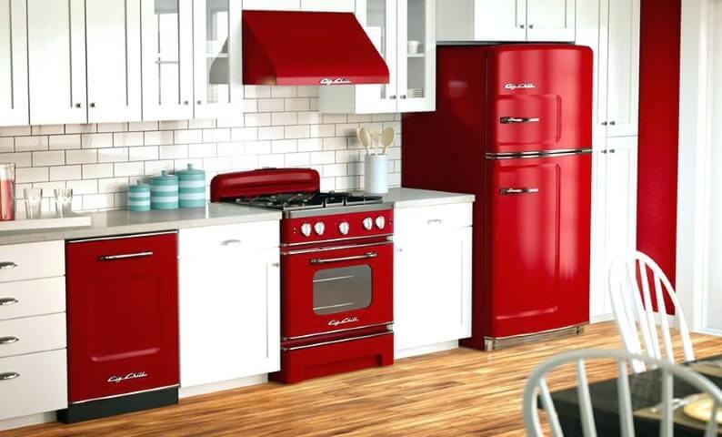 Geladeira colorida vermelha com eletrodomésticos combinando