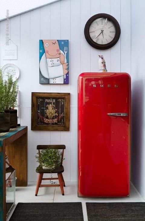 Geladeira colorida vermelha com quadros decorativos Projeto de Rico Mendonça