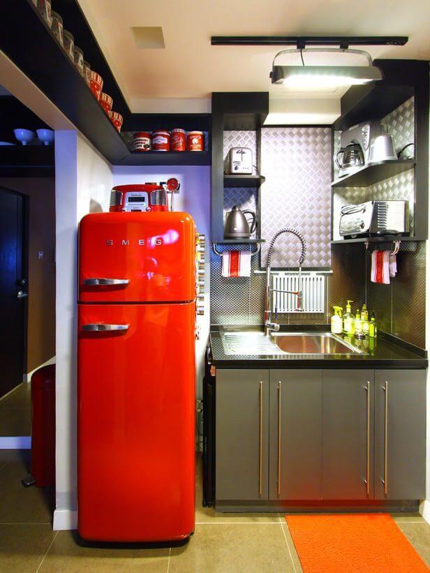 Geladeira colorida vermelha em cozinha escura