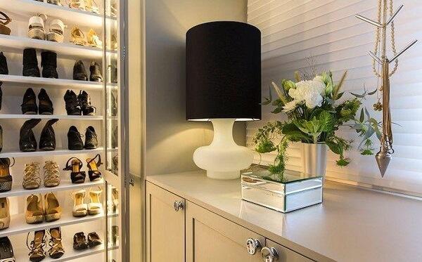 Iluminação sofisticada para este modelo de sapateira