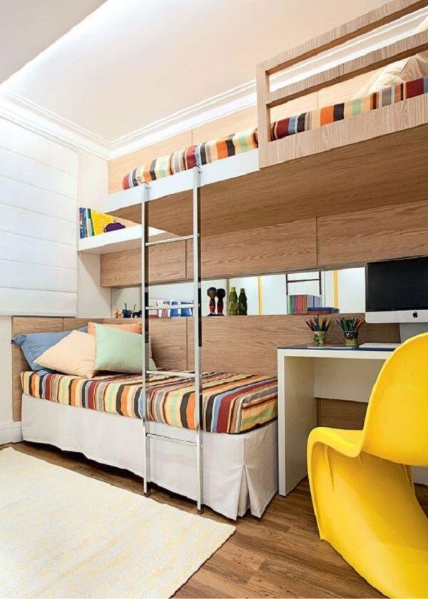 Invista em um quarto que tenha uma beliche com escrivaninha