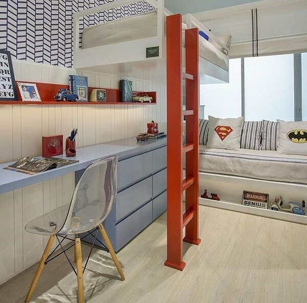 Maximize o espaço incluindo uma beliche com escrivaninha