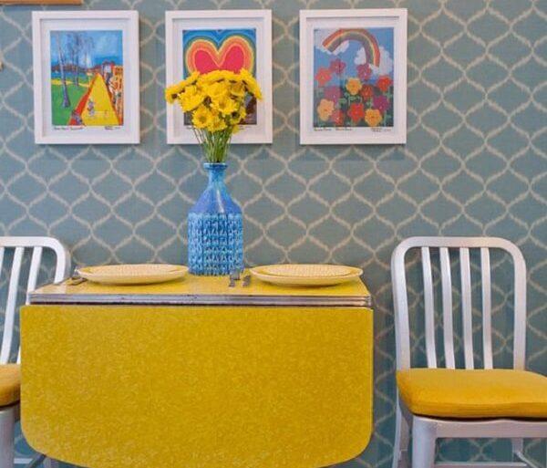 Mesa dobrável com tampo amarelo