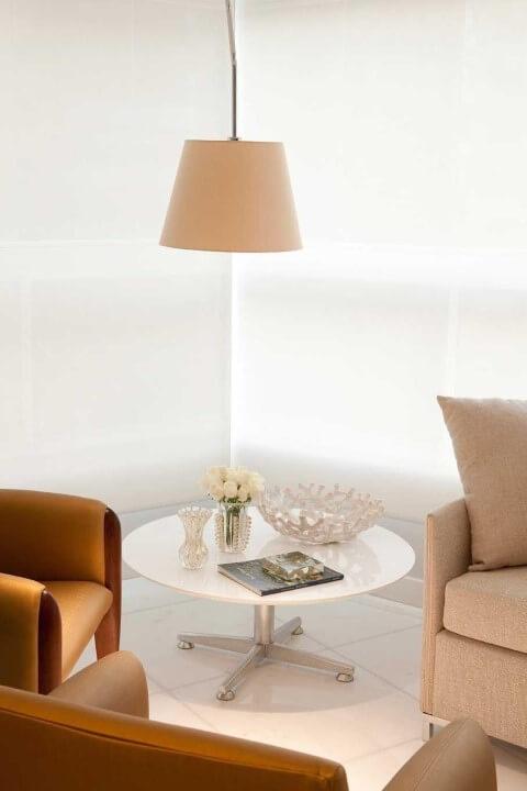 Mesa de canto redonda branca baixa com pendente em cima Projeto de LF Rezende