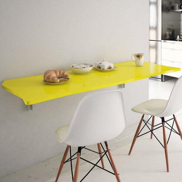 Mesa dobrável amarela na parede