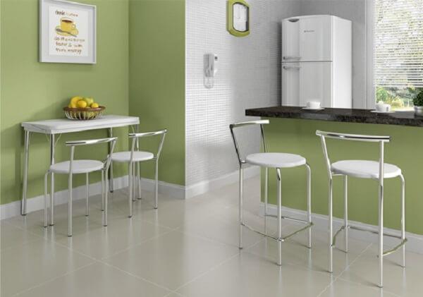 mesa dobrável com banquetas com encosto