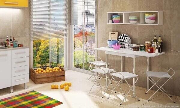 Mesa dobrável branca com quatro cadeiras