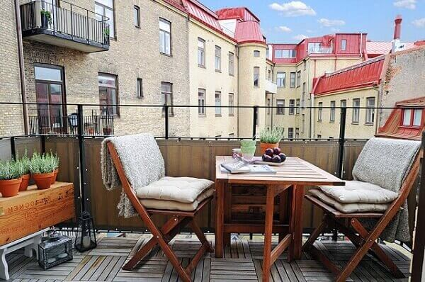 Mesa dobrável com cadeiras complementa a decoração da varanda