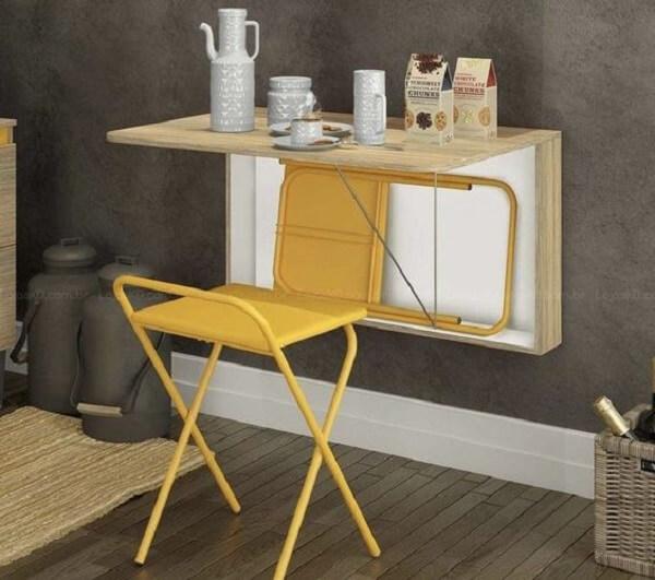 mesa dobrável com banquetas na cor amarela