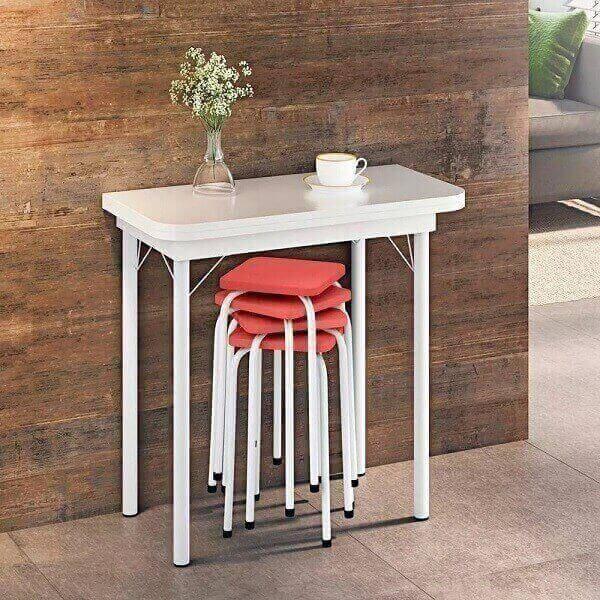 mesa dobrável com banquetas vermelhas