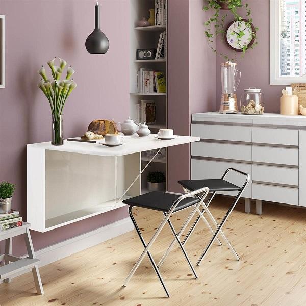 Mesa dobrável de parede utilizada na cozinha