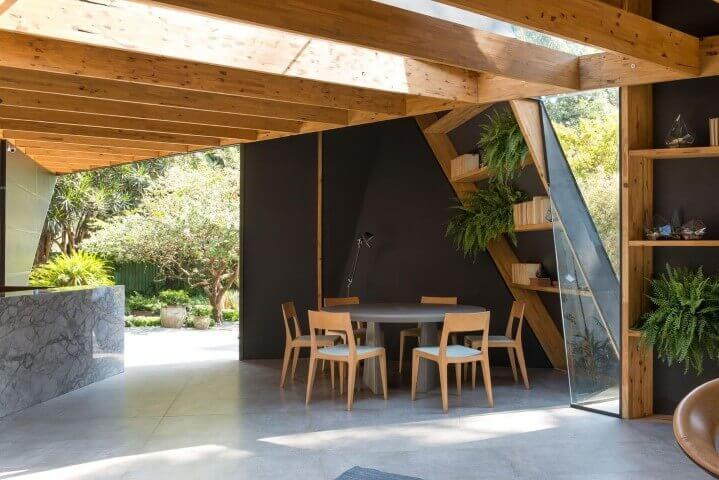 Mesa redonda cinza com cadeiras de madeira Projeto de Casa Cor 2016