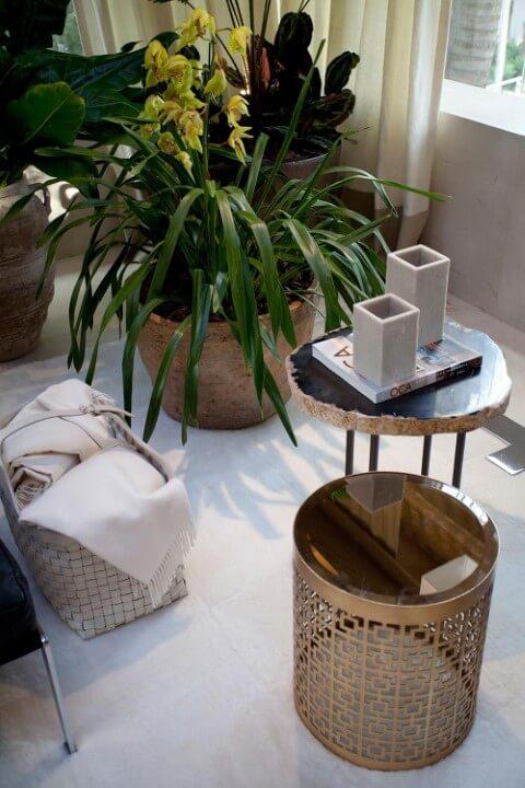 Mesa redonda de apoio e vasos decorativos Projeto de Negrelli e Teixeira