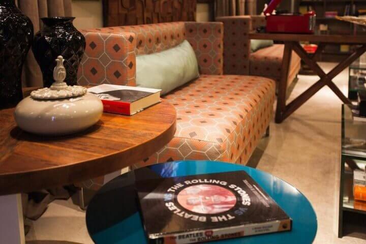 Mesa redonda de canto colorida com mesa redonda de madeira Projeto de Juliana Pippi